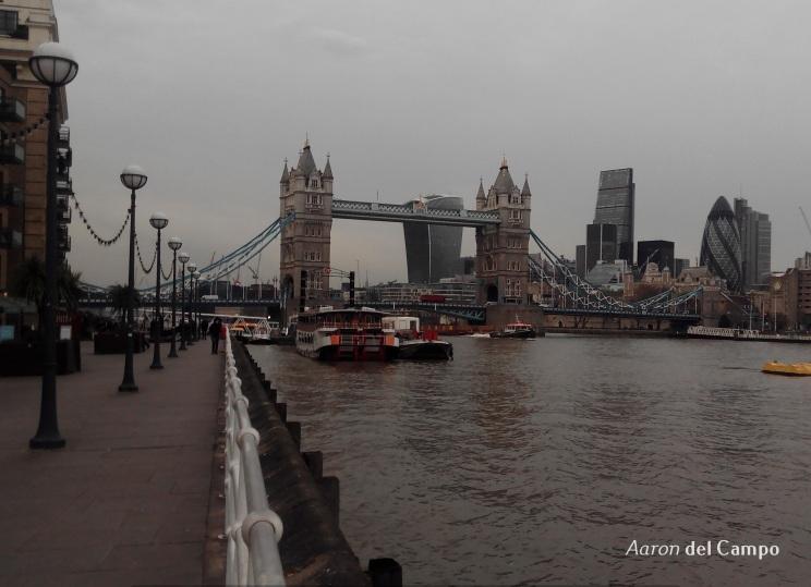 Tower Bridge y el skyline de la City al fondo.