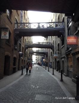 Los puentes de hierro y el pavimento adoquinado hacen de esta calle un lugar muy fotogénico.