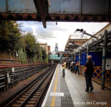 La estación de Whitechapel con la City al fondo.
