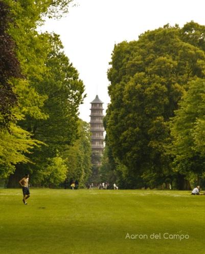 Una gran avenida verde une la Gran Pagoda y el Palm House.